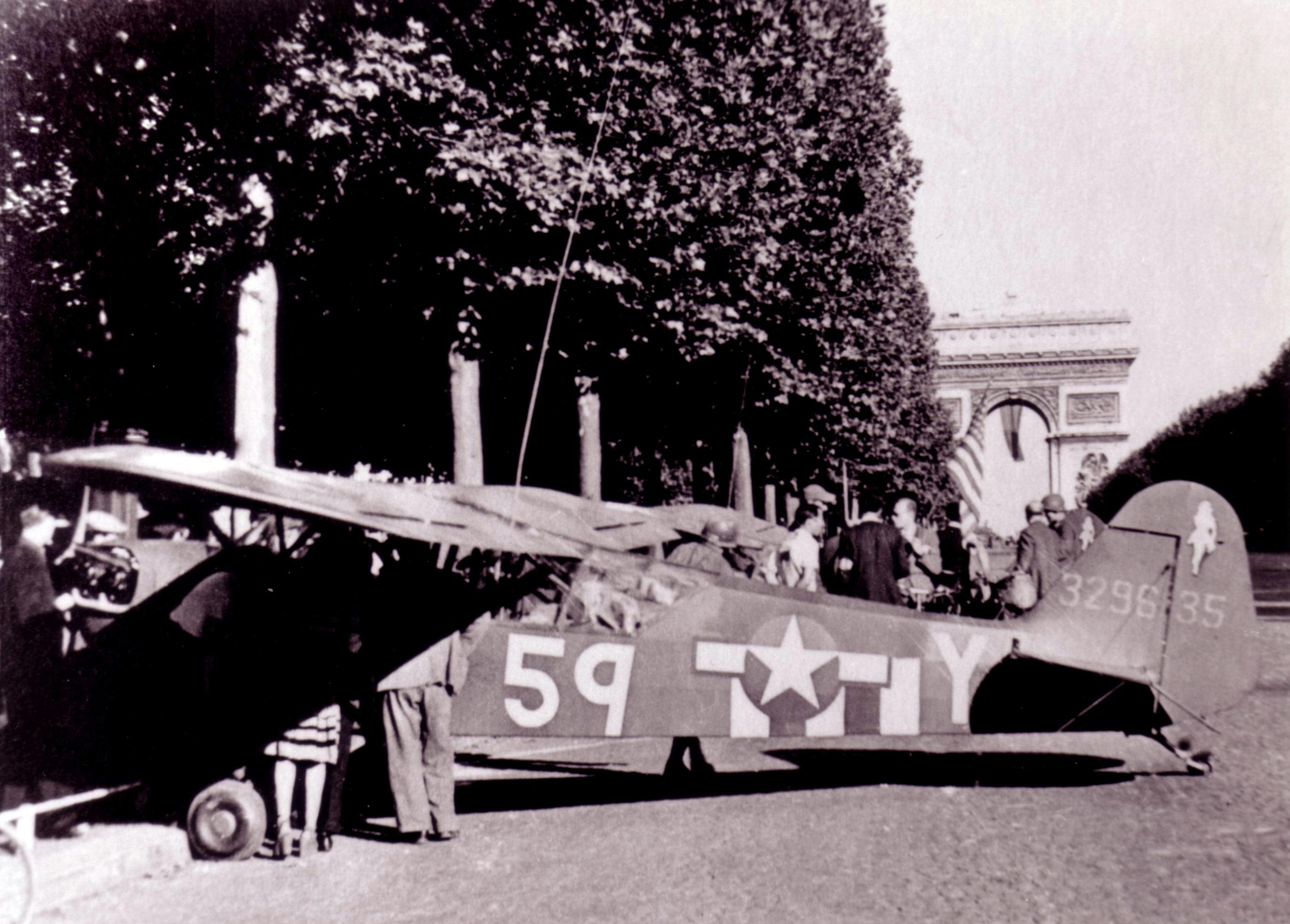 Piper L-4 Aout 1944 Paris sur le Champ de Mars